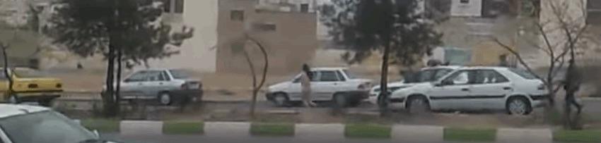 فرار زن برهنه از خودروی نیروی انتظامی+فیلم