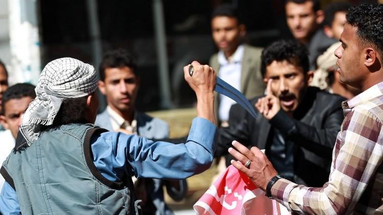 یکی از شورشیان گروه الحوثی در حال تهدید معترضان یمنی است