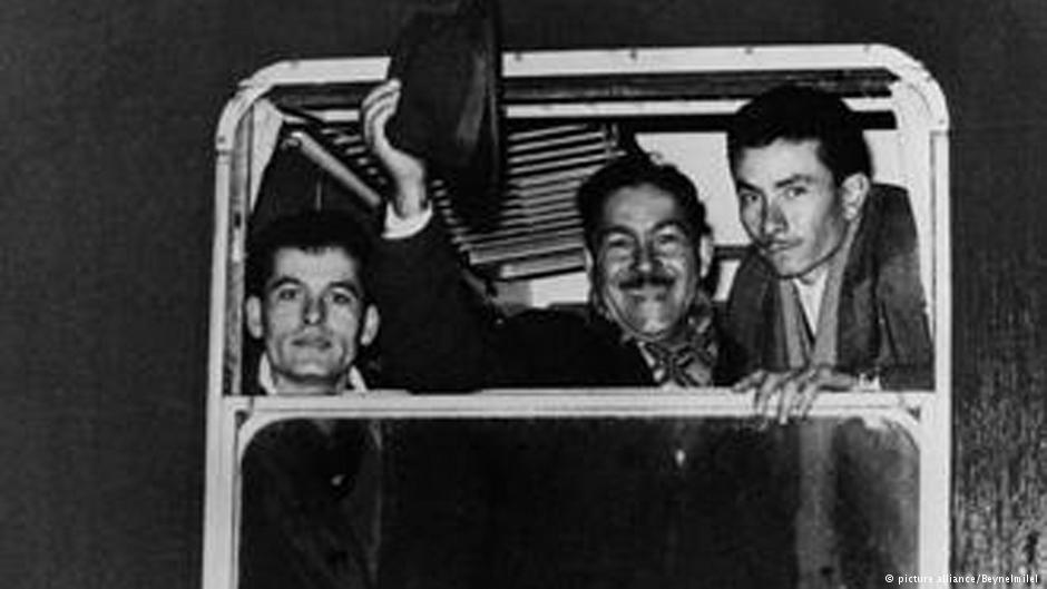 چند شهروند ترکیه که در فوریه ۱۹۶۶ به عنوان کارگر میهمان راهی آلمان شدند؛ محمدعلی (وسط)، توتونکار و اهل روستای بادملی در نزدیکی ازمیر بود. پیش از او همه دیگر مردان بادملی عازم آلمان شده بودند