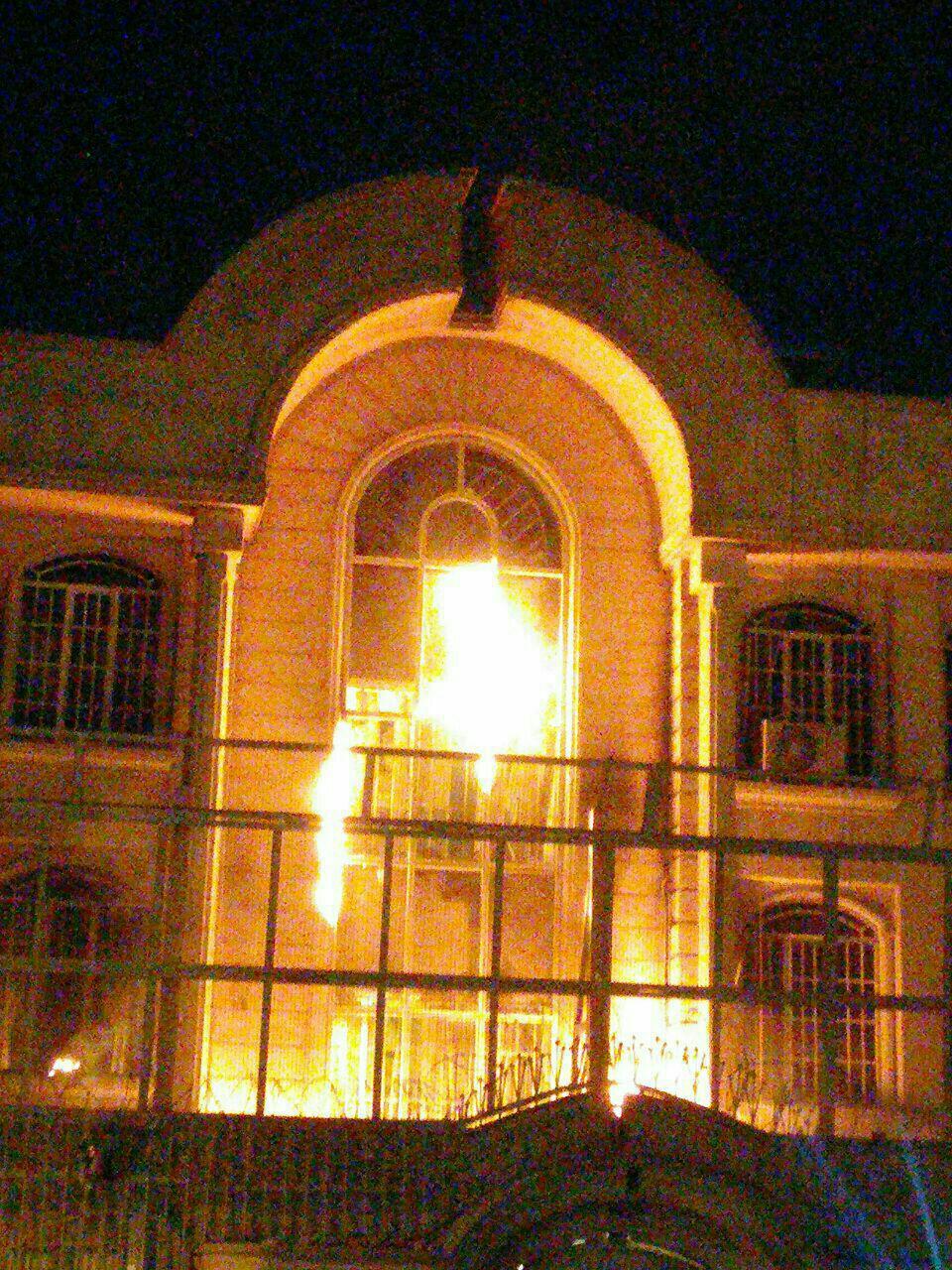 اوباش بسیجی برخوردار از حمايت نيروي انتظامي سفارت سعودى را به آتش کشیدند+فیلم