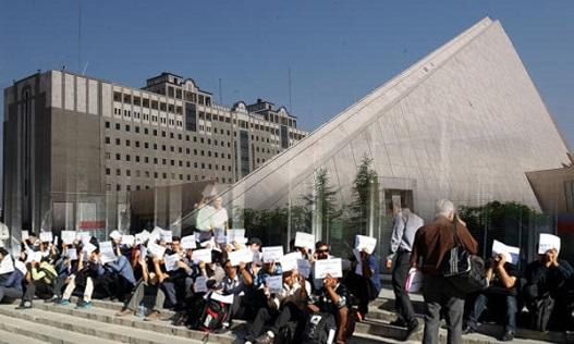بازنشستگان فولاد و معلمان مقابل مجلس تجمع کردند