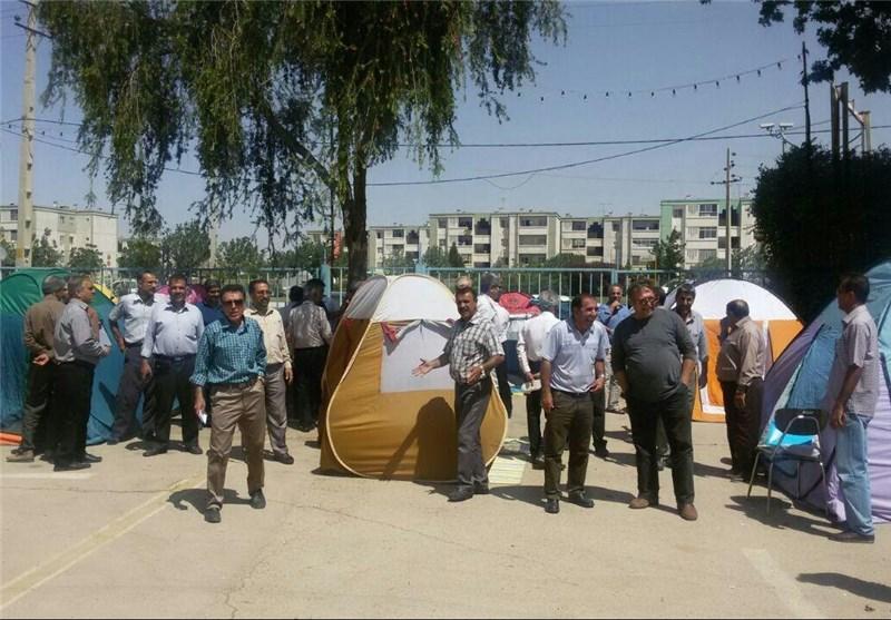 کارگران خشمگین و مأیوس شیرازی در خیابان چادر زدند