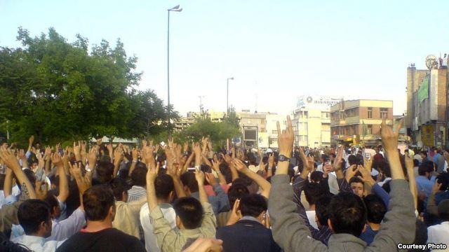 تجمع اعتراضی کارگران قندالاحواز( اهواز) در مقابل استانداری رژیم
